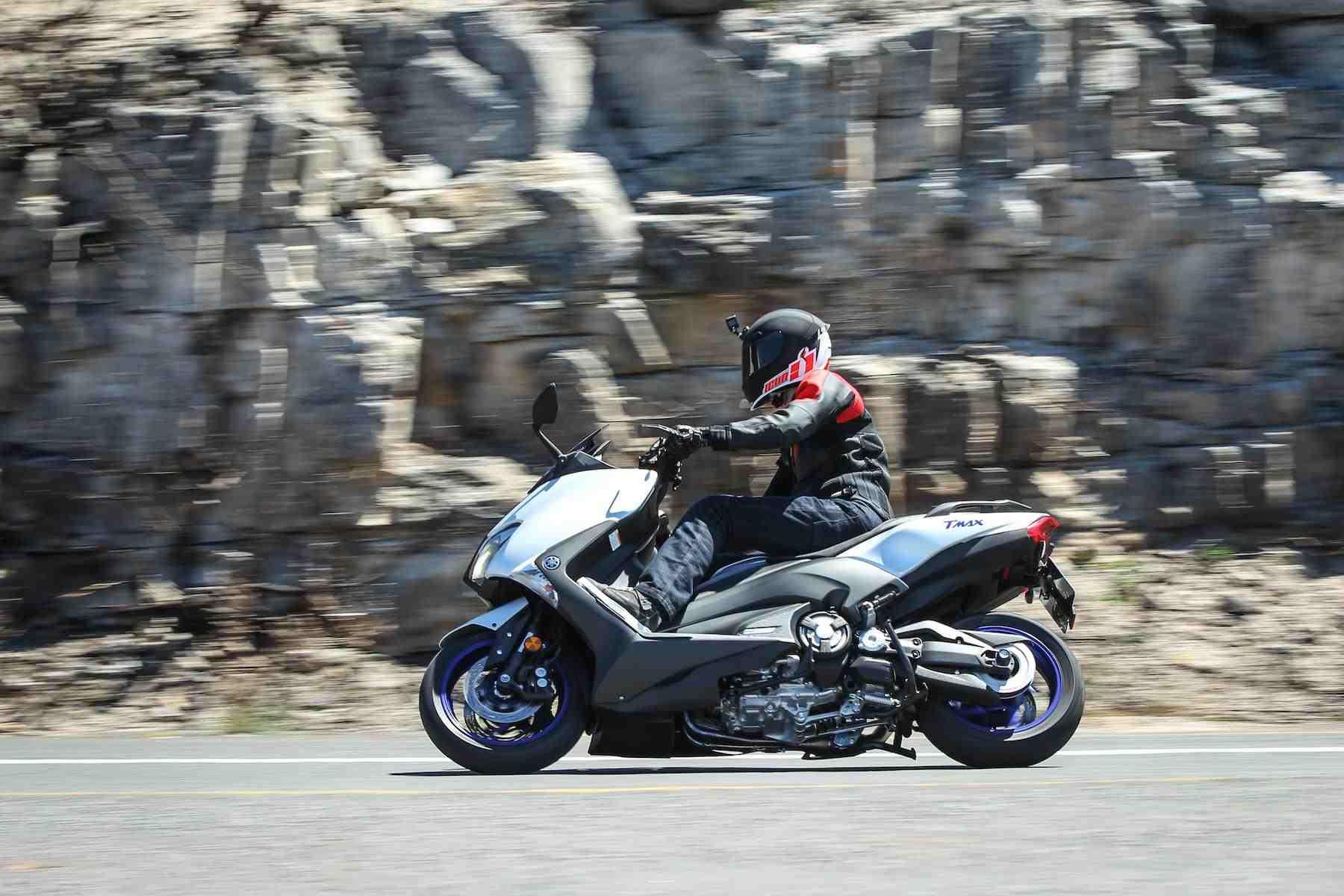 Motorradfahrer schnell unterwegs