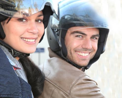 Fröhliches Paar auf einem Motorrad