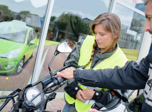 Töff Fahrerin in Ausbildung mit Instruktor
