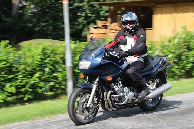 Motorradfahrer im Grünen